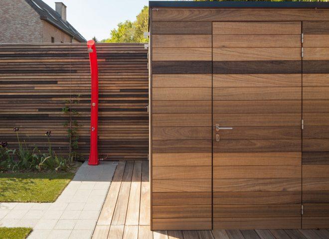 Tuinberging, muur en terras in padoek. tuin, berging, hok, strak, modern